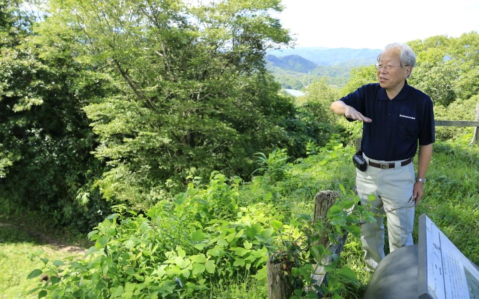 史跡について解説する小和田哲男